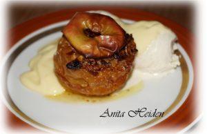 Marzipan Bratapfel mit Eis und Vanillesoße